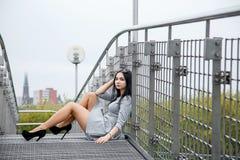 Gehendes/schönes Mädchen Mädchen in der Parkansicht von Warschau lizenzfreie stockfotos
