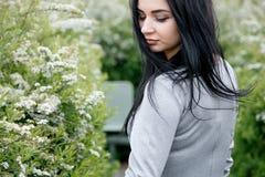 Gehendes/schönes Mädchen Mädchen in der Parkansicht von Warschau stockfotos