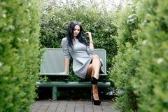 Gehendes/schönes Mädchen Mädchen in der Parkansicht von Warschau stockbild