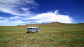 Gehendes schönes mongolisches nicht für den Straßenverkehr des Autos stock footage