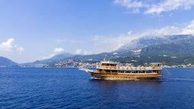 Gehendes touristisches Schiff vor der Küste von Montenegro Lizenzfreies Stockfoto