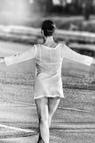 Gehendes weibliches Modell, das ein transparentes trägt Stockfotos