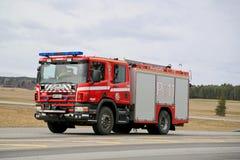 Gehetztes Scania-Löschfahrzeug auf Landstraße Stockfotografie
