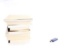 Geheugen - boeken en usb Royalty-vrije Stock Foto's