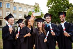 Geheugen die van zes internationale vrolijke gediplomeerden, voor sho stellen Stock Fotografie