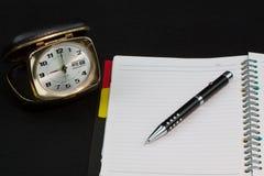 Geheugenboek op lijst voor verslag Klok met nota over lijst Royalty-vrije Stock Afbeelding