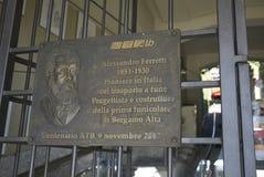 Geheugenplaque bij het kabelspoor van Bergamo stock fotografie