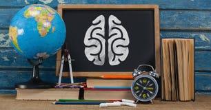 Gehirn auf Tafel mit Studiengegenständen Stockfotos