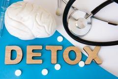 Gehirn Detox-Konzeptfoto Wort Detox von volumetrischen Buchstaben ist nahe Modell des Gehirns 3D und medizinischem Stethoskop Med Stockbilder