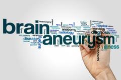 Gehirnaneurysmawort-Wolkenkonzept auf grauem Hintergrund Stockfoto