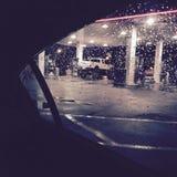 Gehobener LKW an der Tankstelle Stockfotos
