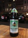 Gehouden Brau-bierfles stock foto's