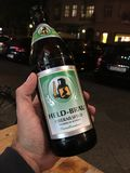 Gehouden Brau-bierfles stock fotografie