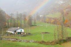 Gehucht met regenboog in de vallei van sia Royalty-vrije Stock Fotografie