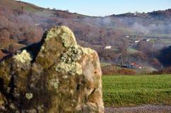 Gehucht op de groene helling in de Pyreneeën, Pays Basque Royalty-vrije Stock Foto's