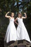 Gehuwd enkel gelukkig lesbisch paar in witte kleding dicht bij elkaar royalty-vrije stock afbeeldingen