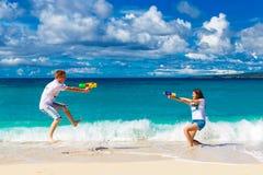 Gehuwd enkel jong gelukkig houdend van paar die pret op tropica hebben Royalty-vrije Stock Afbeelding