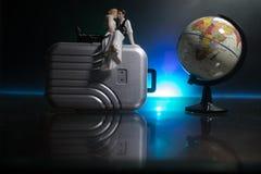 Gehuwd enkel reisconcept De decoratie van de kunstwerklijst met paar dichtbij koffers klaar aan wittebroodsweken Donkerblauwe ach stock foto's
