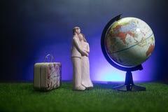 Gehuwd enkel reisconcept De decoratie van de kunstwerklijst met paar dichtbij koffers klaar aan wittebroodsweken Donkerblauwe ach stock fotografie