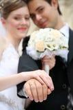 Gehuwd toont de ringen Royalty-vrije Stock Foto