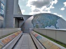 Gehweg über Straße bei Nord-Carolina Museum von Naturwissenschaften stockbilder