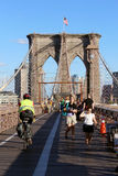 Gehweg auf der Brooklyn-Brücke in New York City Stockbild