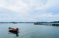 Gehweg-Brücke und altes Boot Stockfotos