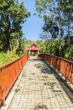 Gehweg in den publuc Tempel im Wald, der mit Ziegelsteinboden und Stahlzaun konstruierte Stockfotos