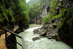 Gehweg in der Aare-Schlucht in der Schweiz Lizenzfreies Stockbild