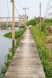 Gehweg in der Ufergegend Khlong Preng Chachoengsao Thailand lizenzfreies stockfoto