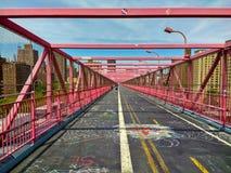 Gehweg der Williamsburg-Brücke, die von Brooklyn zu Manhattan führt Mai 2018 lizenzfreie stockbilder