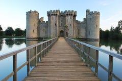 Gehweg, der zu Bodiam Schloss führt Lizenzfreies Stockfoto