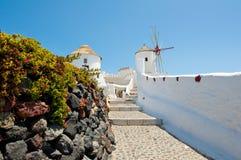 Gehweg, der zu die Oia-Windmühle auf der Insel von Santorini (Thira, führt) Griechenland Lizenzfreies Stockfoto
