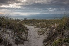 Gehweg durch Düne zum Golf lizenzfreies stockbild