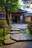 Gehweg in einem japanischen Garten stockbilder