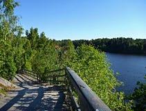 Gehweg in einem Park mit See stockbild