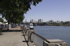Gehweg entlang dem Willamette-Fluss in Portland, Oregon lizenzfreies stockfoto