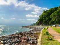 Gehweg entlang der Küstenstraße in Chantaburi-Provinz, Thailand Lizenzfreies Stockfoto
