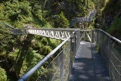 Gehweg entlang der Leutasch Schlucht in den Alpen Stockfotografie