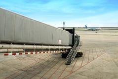 Gehweg am Flughafenterminal Stockbild