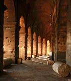 Gehweg innerhalb des Colosseum Stockfotos