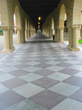 Gehweg mit Bögen und Checkered Fußboden Stockfoto