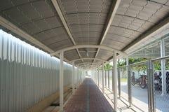 Gehweg mit Dach lizenzfreies stockbild