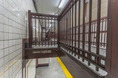 Gehweg mit Geländern in einer U-Bahnstation stockfoto