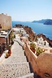 Gehweg mit Kesselansicht Santorini, Griechenland stockbild
