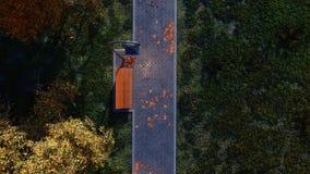 Gehweg mit leerer Bank in der Draufsicht des Herbstparks stock abbildung