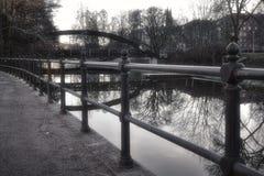 Gehweg nahe bei dem Fluss in Uppsala, Schweden Foto in Schwarzweiss Stockfotos