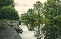 Gehweg nahe bei dem Fluss in Uppsala, Schweden Meeresmilieu Stockbilder