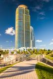 Gehweg an an Süd-Park und Wolkenkratzer Pointe im Miami Beach, Flor lizenzfreies stockfoto