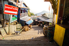 Gehweg Shwe-Schlund Daw-Pagode Myanmar oder Birma Stockbild